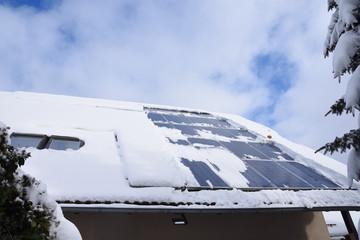 Mit Schneebedeckte Solaranlage