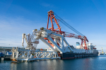 ship in port - heavy weight crane