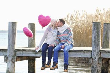 Liebe - verliebtes Paar am Steg