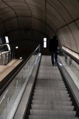En las escaleras del metro