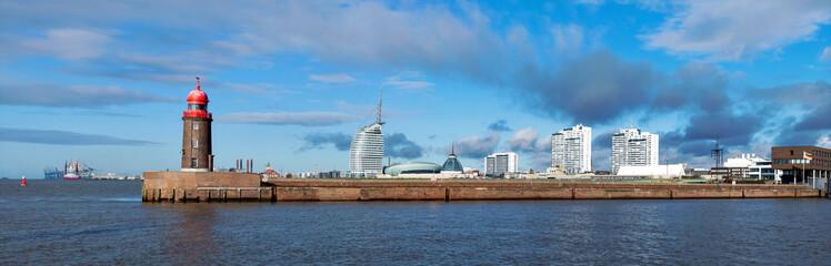 Bremerhaven an der Nordseeküste, Panorama der Skyline mit historischer Mole