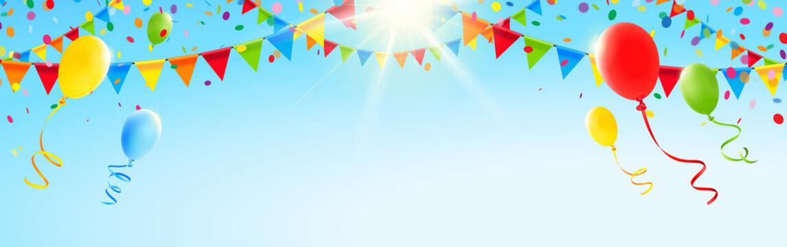 Bunte Girlanden, Luftballons und Konfetti vor sonnigem Himmel