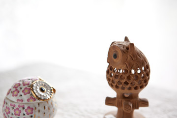陶器で作られたフクロウの置き物