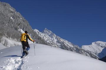 Wandern mit Schneeschuh in den Alpen
