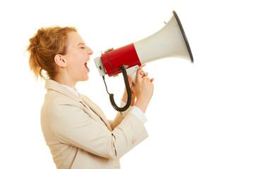 Geschäftsfrau benutzt ein Megafon