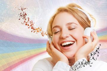 Lachende Frau hört Musik über Kopfhörer