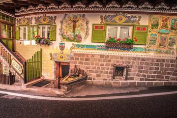 kapliczka drewniana, domek drewno, kwiaty, pelargonie, begonie, zieleń klimat, rzeżba, rękodzieło, ludowe, Italia Włochy, malarstwo, malowidła na scianach, Canazei