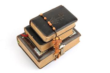 Bibeln mit Rosenkranz