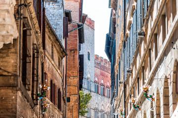 Siena, Italië Straat in het historische, middeleeuwse dorp smalle steegje in Toscane met gevel exterieur architectuur tijdens zonnige zomerdag