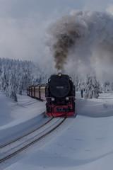 Papiers peints Voies ferrées Unterwegs in der Winterlandschaft durch den schönen Harz