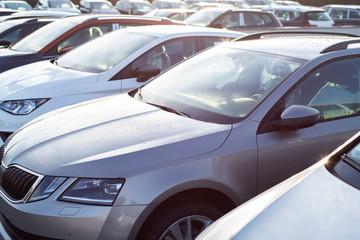 Viele Autos in mehreren Reihen