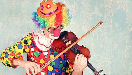 Clown spielt Geige