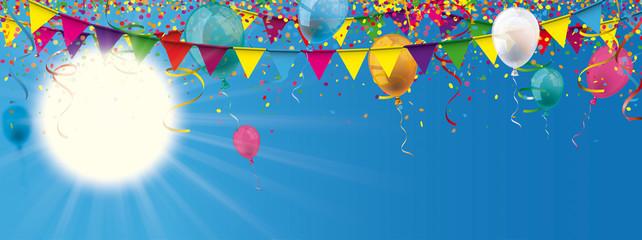 Blauer Himmel mit Konfetti, Luftballons und Girlanden
