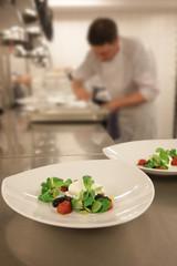 Köche bereiten im Restaurant Speisen zu