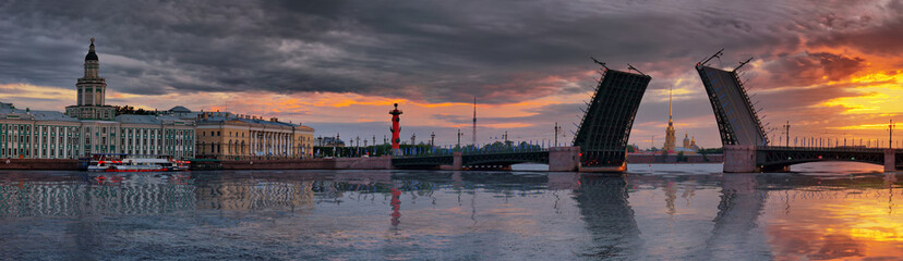 Panorama of dawn over the Neva river and Palace bridge in St. Petersburg Fototapete