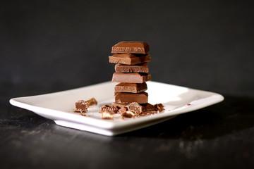 Schokoladenstücke gestapelt auf einem kleinen Teller