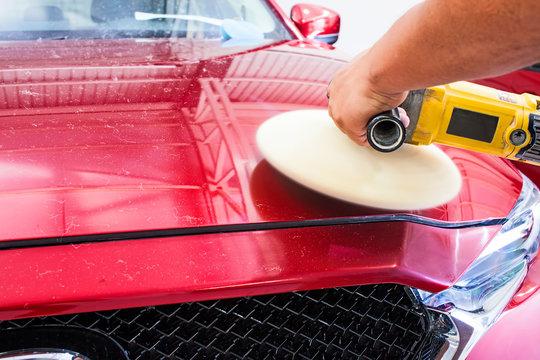 Lack von einem Auto polieren