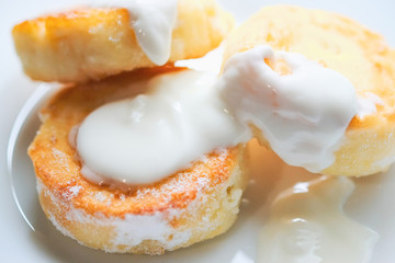 cheesecakes with sour cream on a plate