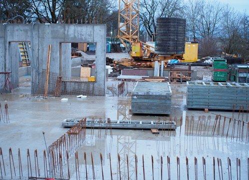 Eisenbiegen - Bauarbeiter stellen Betonwände auf