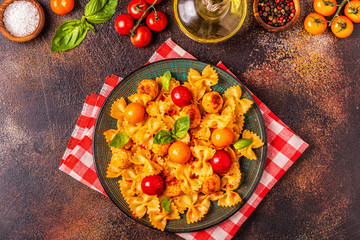 Pasta with meatballs and tomato sauce.