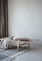 Tagesbett aus Naturmaterialien in minimalistischem Wohnzimmer