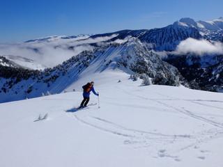 skieur de ski de randonnée en montagne d'ariège des pyrénées dans la neige
