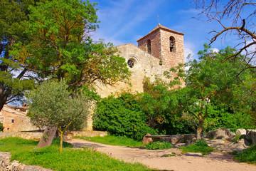 Ansicht der romanischen Kirche von Santa Maria de Siurana in Katalonien, Spanien - View of the Romanesque church of Santa Maria de Siurana in Catalonia