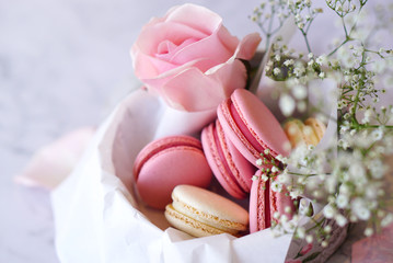Foto auf Leinwand Macarons Beautiful colourful macarons with flowers in round paper box, closeup