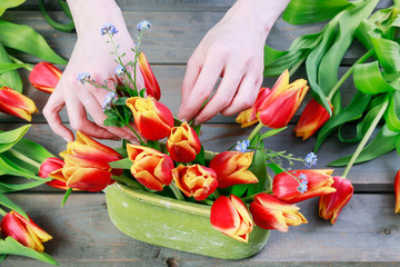 How to make Easter floral arrangement with red tulips in green vintage ceramic vase