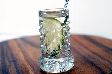 Bicchierino con acqua e limone sulla tavola