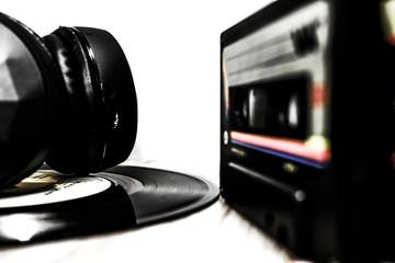 Wireless headphones realistic set with music and technology symbols isolated illustration - Ilustração