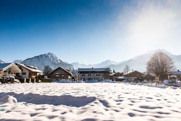Winter in Oberstdorf mit Schnee und Alpen im Gegenlicht