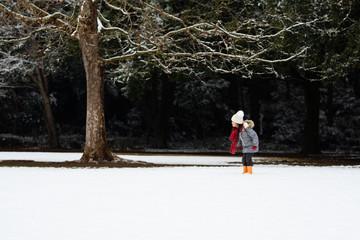 雪の積もった公園で遊ぶ女の子