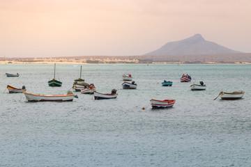 Fischerboote am Hafen von Sal Rei, Boa Vista, Kapverden