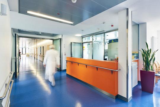 Flur Krankenhaus Empfang Arzt Eile
