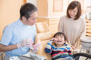 歯磨き指導を受ける子供