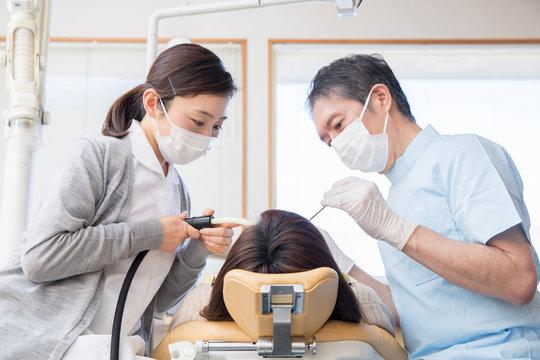歯医者と歯科衛生士