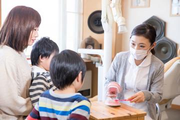 歯みがき指導する歯科衛生士