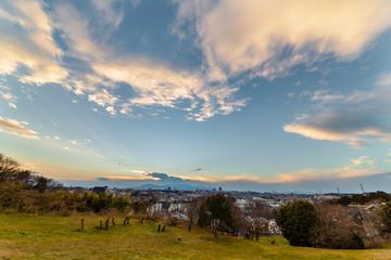 横浜郊外から見る夕暮れの住宅街と山