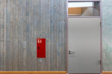 Feuerlöscher in Wand Tür