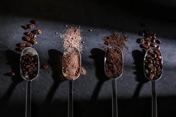Löffel mit verschiedenen Kaffeesorten