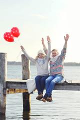 verliebtes Paar am Steg am See