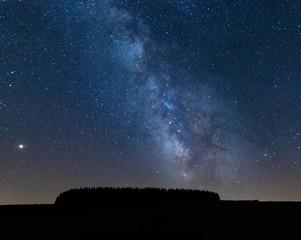 Voie lactée et pollution lumineuse une nuit en Lozère