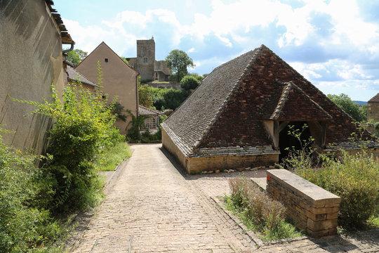 Burgund, Frankreich: Mittelalterliches Dorf Brancion mit Blick auf die Burganlage
