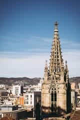 Clocher de la cathédrale Sainte Croix et vue sur Barcelone