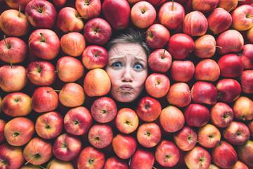 Frau mit Äpfeln , Konzept für Lebensmittelindustrie. Gesicht von lachende Frau in Apfel flache.