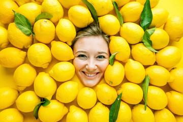 Frau mit Zitronen , Konzept für Lebensmittelindustrie. Gesicht von lachende Frau in Zitronen flache.