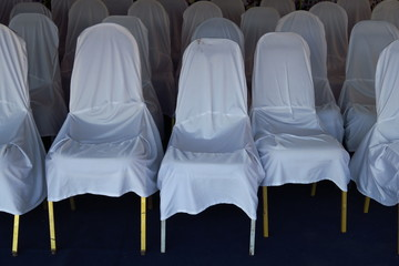 Chaises recouvertes de housses blanches