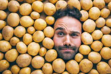 Mann mit kartoffeln, Konzept für Lebensmittelindustrie. Gesicht von lachenden Mann in kartoffel  flache.