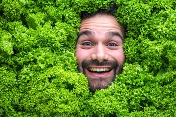 Mann mit Salt , Konzept für Lebensmittelindustrie. Gesicht von lachenden mann  in Salat Fläche.
